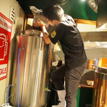 発酵タンクに酵母を投入!イーストピッチングの様子