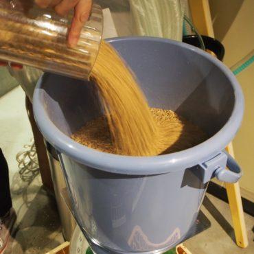 ホールの麦芽を計量して、挽いて使います。