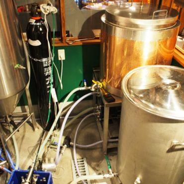 煮沸が終わった麦汁を、冷却水で一気に冷却して発酵タンクへ